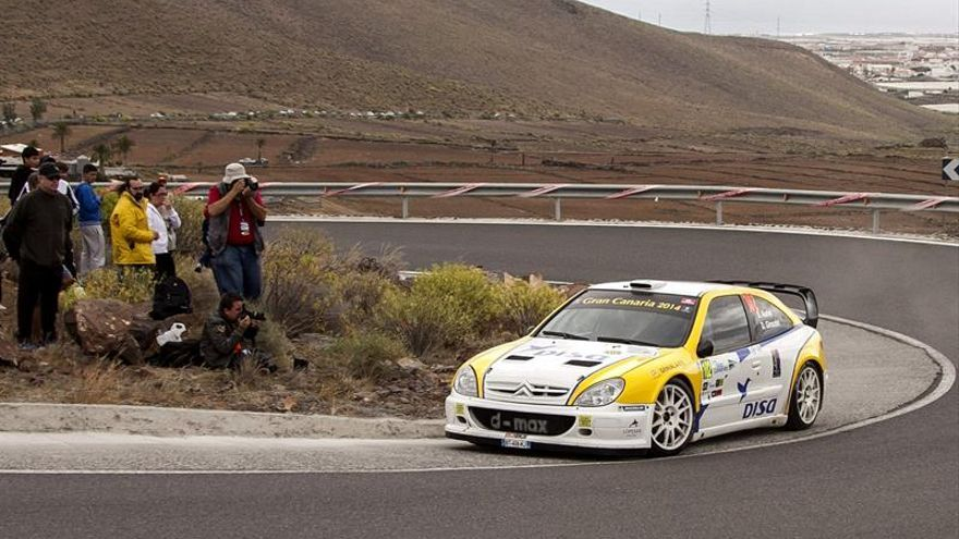 El piloto francés Didier Auriol y su copiloto Denis Giraudet, en uno de los tramos de la segunda y definitiva jornada del 38 Rally Islas Canarias-El Corte Inglés, prueba que abre el Campeonato de España de asfalto. EFE/Ángel Medina G.