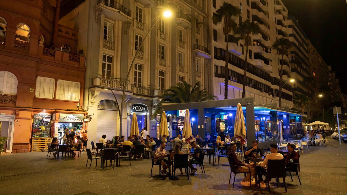 Varias personas, en una terraza de Santa Cruz de Tenerife