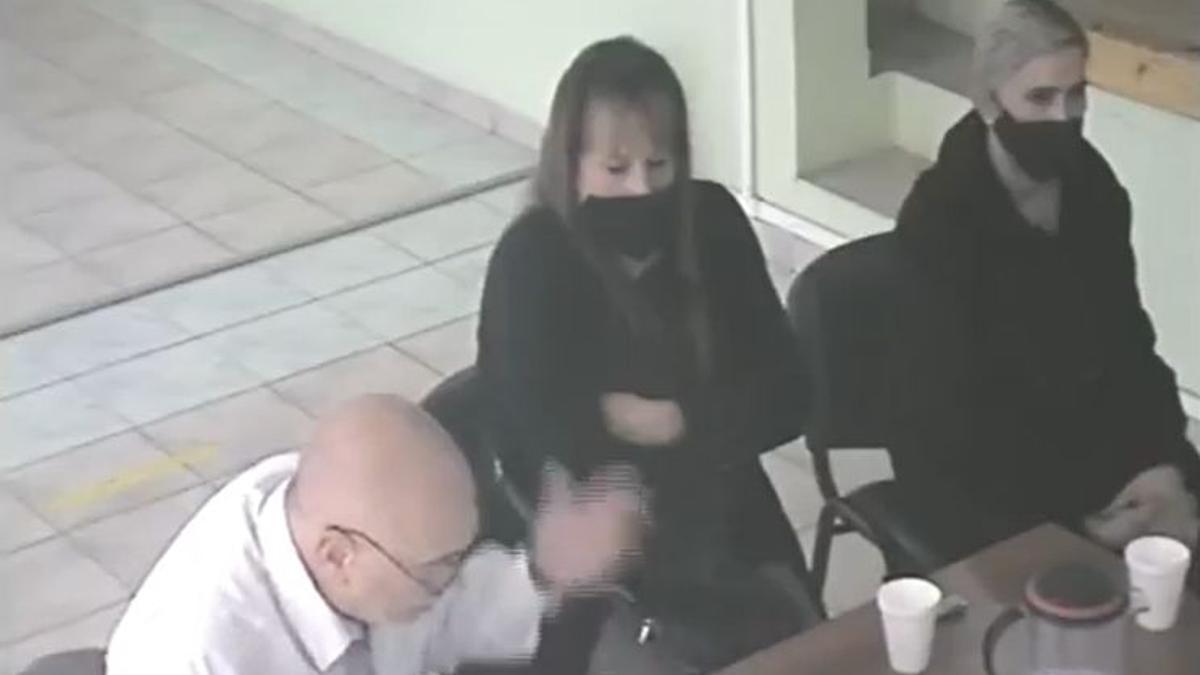 Martina, el el centro con barbijo, durante la última audiencia del juicio. Está con su abogado y su ex pareja que había sido también imputado.