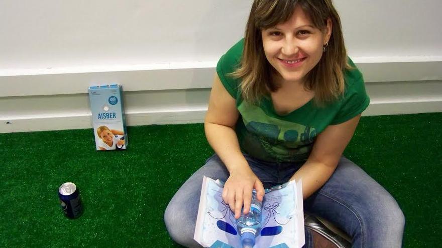 Paola Fatás con su invento, el enfriador de bebidas instantáneo. / Foto: Cool Everywhere