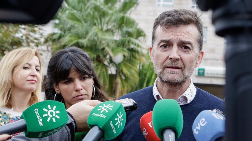 Antonio Maíllo, en primer plano, y Teresa Rodríguez detrás, en Motril.