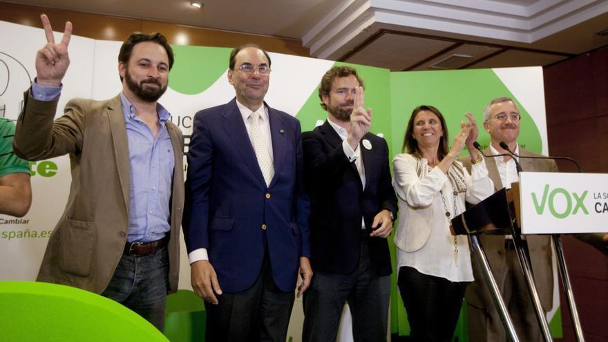 Alejo Vidal-Quadras, escoltado por Santiago Abascal e Iván Espinosa de los Monteros, en el acto de inicio de la campaña para las europeas de 2015