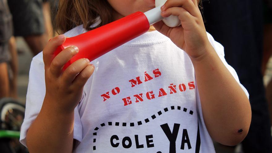 Jóvenes manifestantes por un nuevo colegio en el centro de Sevilla. / JUAN MIGUEL BAQUERO