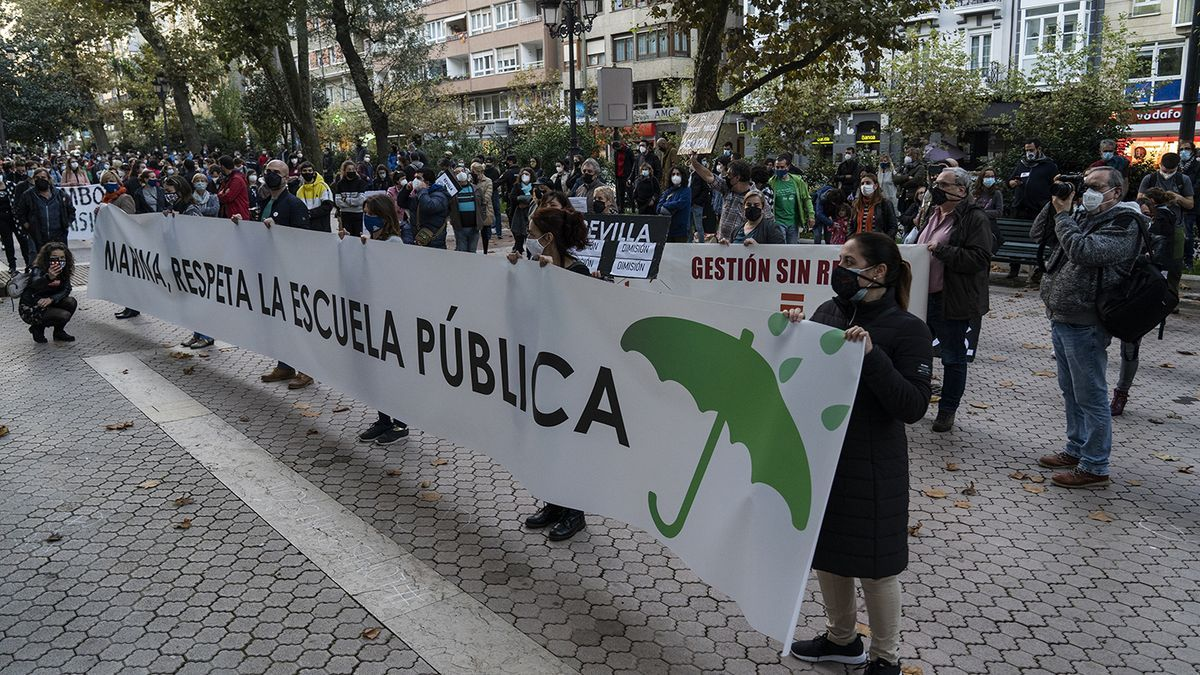 Pancarta frente a la Consejería de Educación con el lema 'Marina, respeta la escuela pública' en noviembre del año pasado.