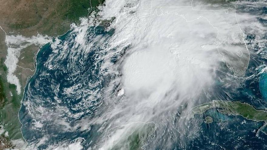 Fotografía tomada a las 10.21 hora local (14:21 GMT) de este viernes y cedida por la Administración Nacional Oceánica y Atmosférica (NOAA) de EE.UU. donde se muestra la ubicación del sistema 16, como por ahora se denomina, en aguas del Golfo de México, cerca a Miami (Estados Unidos).