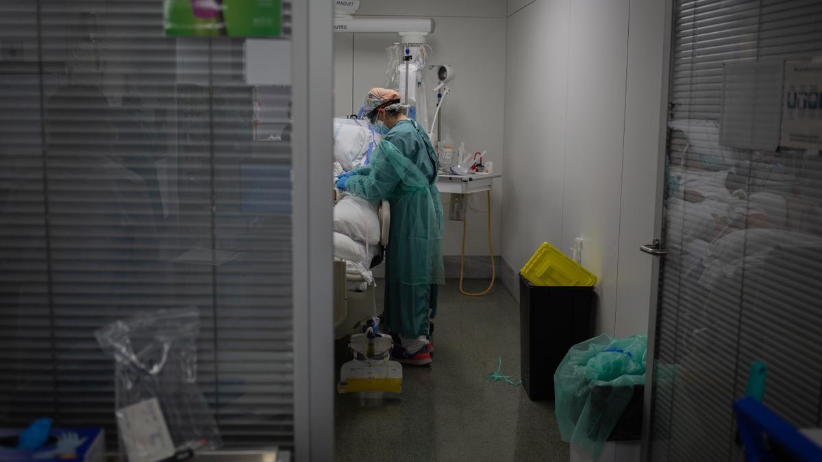 Una sanitaria en una de las habitaciones de la UCI del Hospital de la Santa Creu i Sant Pau, en Barcelona, durante la segunda ola de coronavirus