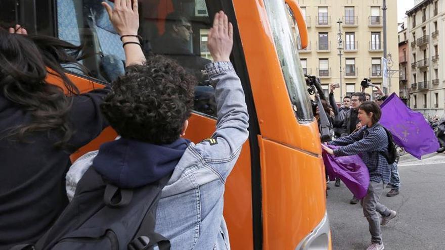 Un autobús con lemas tránsfobos empieza a circular en Italia entre las críticas