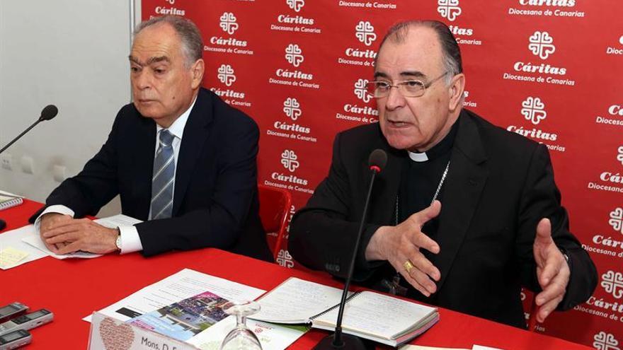 El obispo de la Diócesis de Canarias, Francisco Cases (d), y el director general de Cáritas Diocesana de Canarias, Gonzalo Marrero