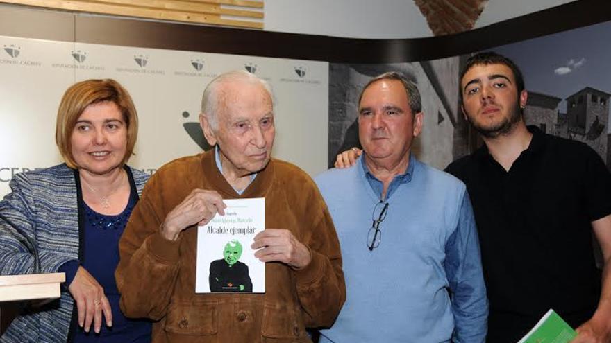 De izquierda a derecha Charo Cordero, presidenta de Diputación; Juan Iglesias, y el periodista Florentino Velaz