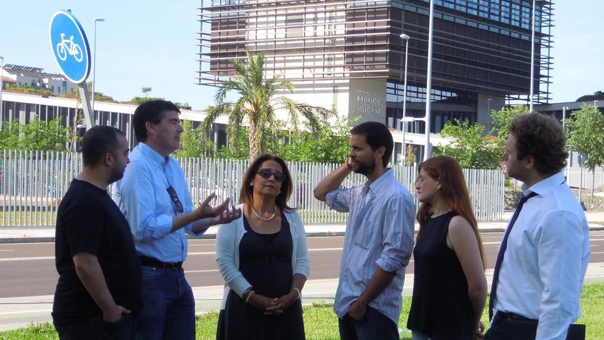 Álvaro Jaén y su equipo mantienen un nencuentro con con varios profesores de economía de la Universidad de Extremadura y expertos en el área