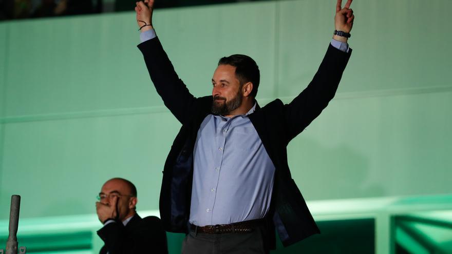 Santiago Abascal celebra los resultados de Vox en la noche del domingo.