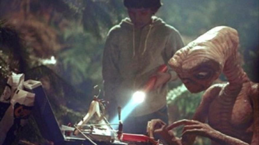 El extraterrestre usa las tripas electrónicas del Speak & Spell para llamar a casa