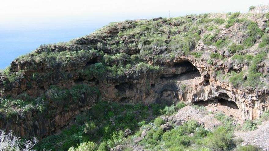 El Barranco de Los Gomeros, en la imagen, alberga un importante conjunto arqueológico, tanto por la existencia de una gran cantidad de cuevas de habitación, como por  la concentración de cavidades de proporciones muy grandes.