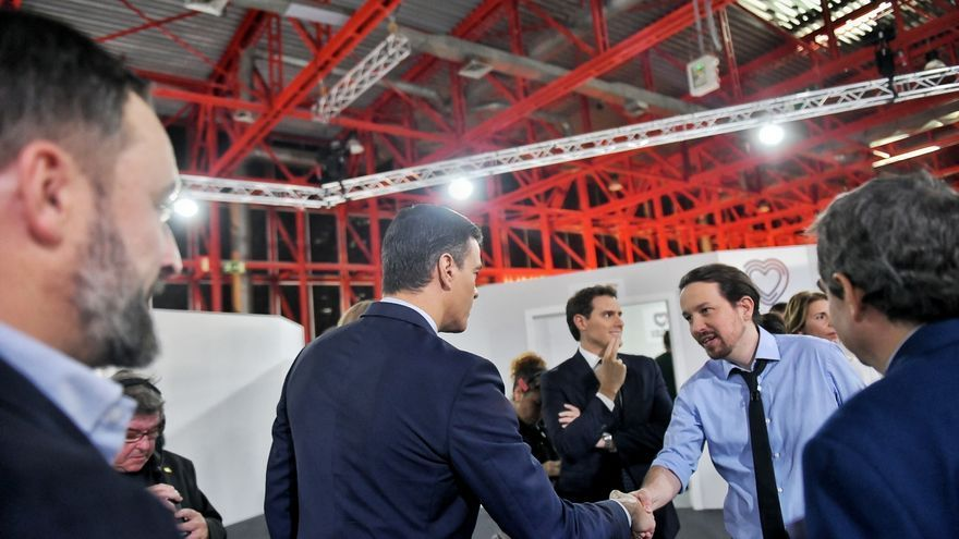 Pablo Iglesias saluda a Pedro Sánchez antes del debate de candidatos del 4 de noviembre.