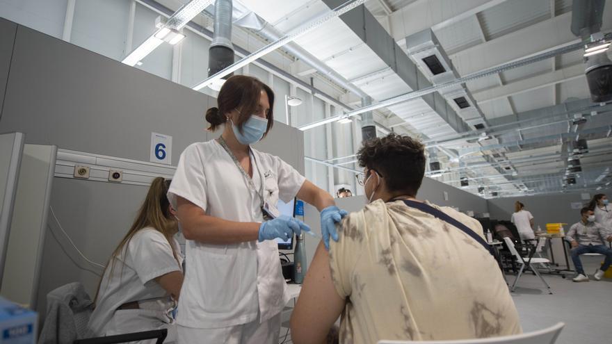 Un joven recibe la primera dosis de la vacuna