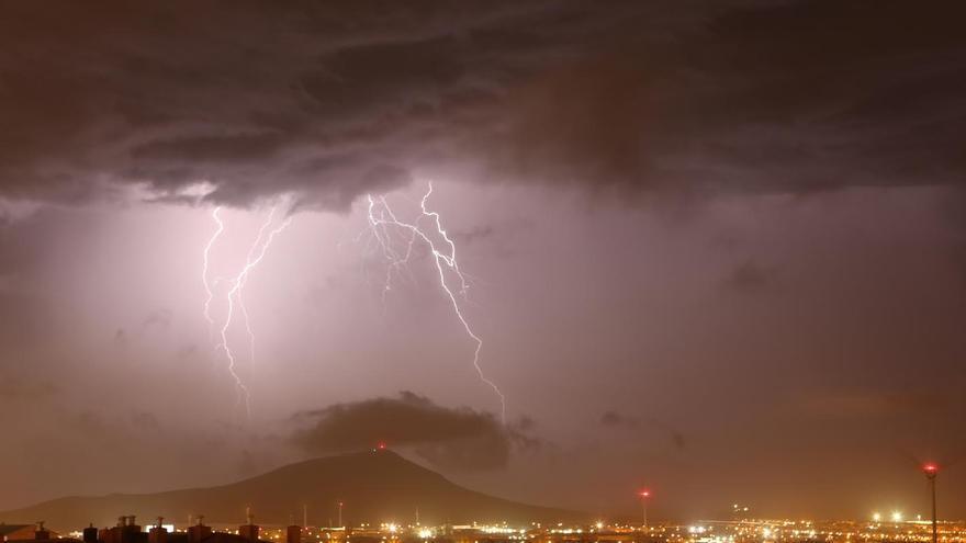 Tormenta eléctrica sobre la montaña de Arinaga. (ALEJANDRO RAMOS)
