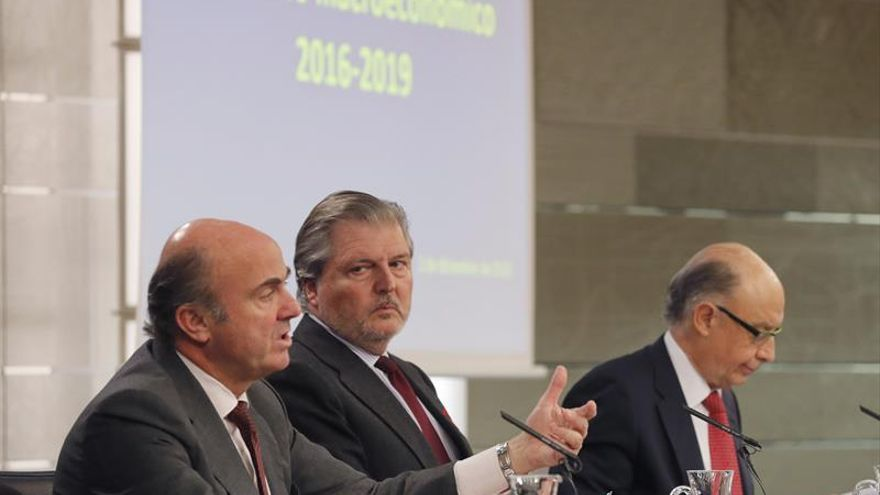 El ministro de Educación, Cultura y Deporte, Íñigo Méndez de Vigo (c), junto al ministro de Economía, Industria y Competitividad, Luis de Guindos (i), y el ministro de Hacienda, Cristóbal Montoro (d)