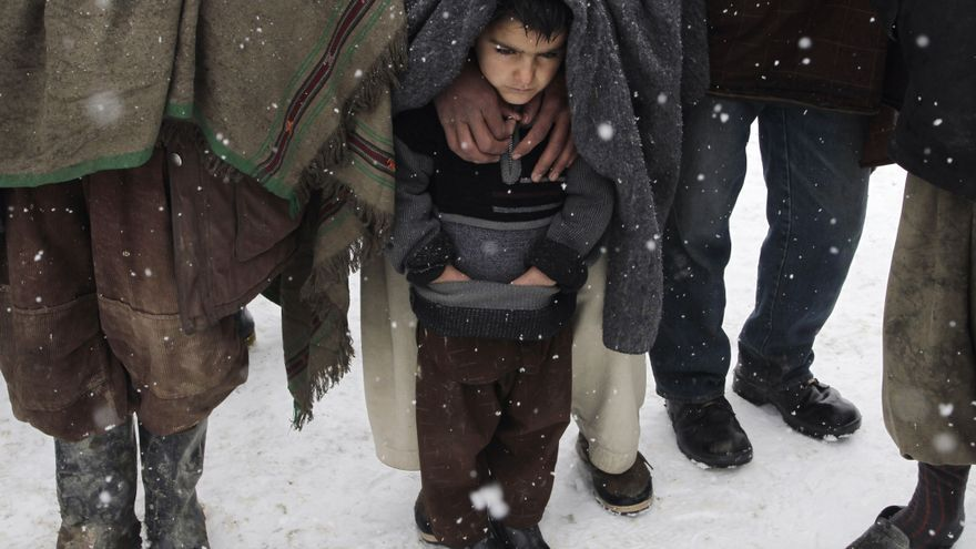 FEBRERO. Quienes tienen que abandonar su hogar debido a los abusos contra los derechos humanos son empujados a los márgenes de la sociedad. En este campo para personas desplazadas internas en Kabul, Afganistán, un niño espera para recibir las mantas y las chaquetas que la ONG alemana Welthungerhife entrega para combatir las bajas temperaturas. Este invierno, uno de los más fríos en los últimos años, ha dejado 40 personas muertas por congelación, la mayoría niños y niñas. #personasRefugiadas // © AP Photo/Musadeq Sadeq