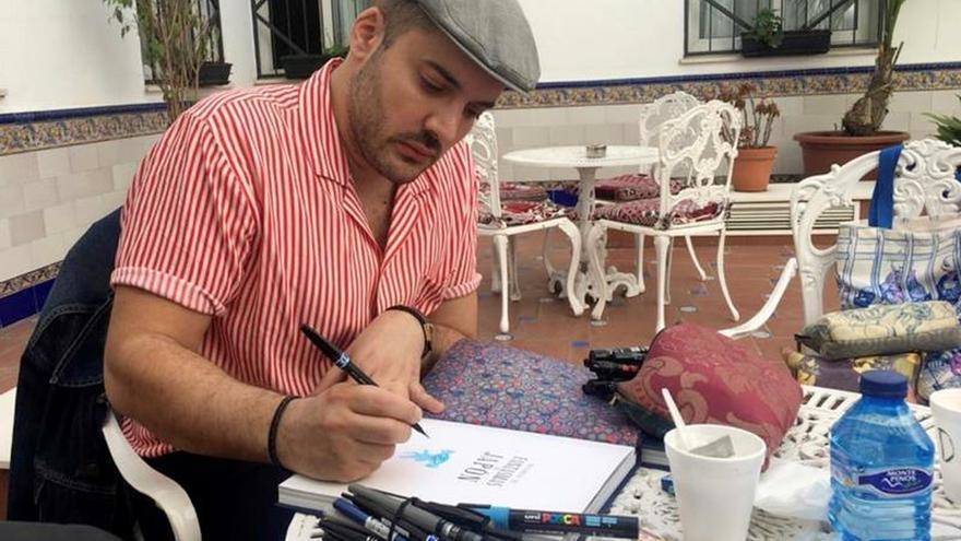 """El ilustrador francés Benjamin Lacombe dibuja en un patio sevillano durante la entrevista con Efe sobre sus dibujos para la edición en España de """"Historias de fantasmas de Japón"""" (Edelvives), de Lafcadio Hearn."""