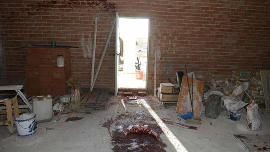 Sangre de cerdo en el interior de las obras de la mezquita de Zabalgana, en Vitoria