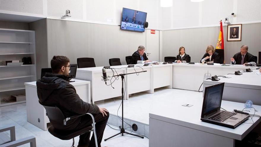 Condenan a 6 meses de cárcel a tuitero arrepentido que pidió bomba para Rajoy