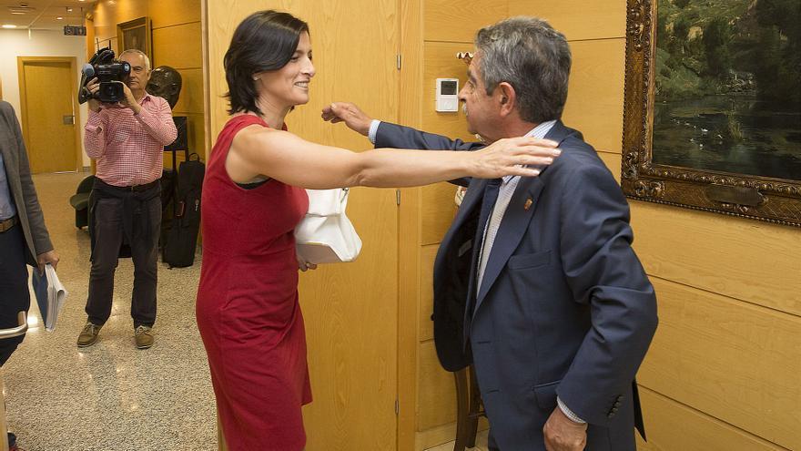 El presidente de Cantabria saluda a Gema Igual antes de la reunión mantenida el verano pasado. |  Miguel López