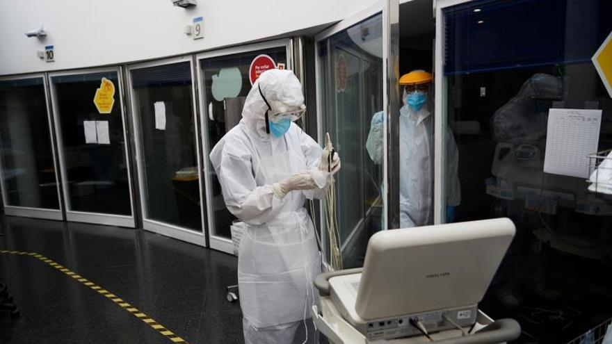 Profesionales sanitarios realizan su trabajo con enfermos de coronavirus en la UCI del hospital del Mar de Barcelona