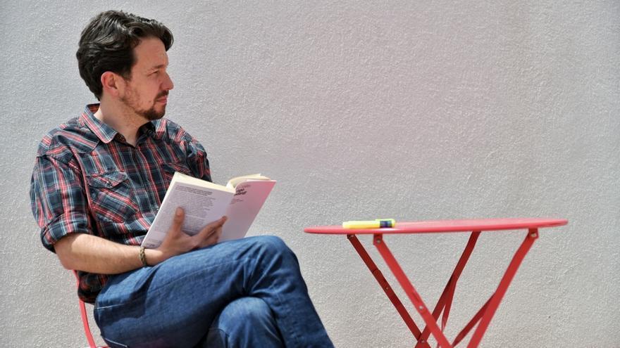 El exsecretario general de Podemos, Pablo Iglesias, lee el libro del periodista y crítico de cine Pedro Vallín tras cortarse el pelo y dejar atrás su icónica coleta