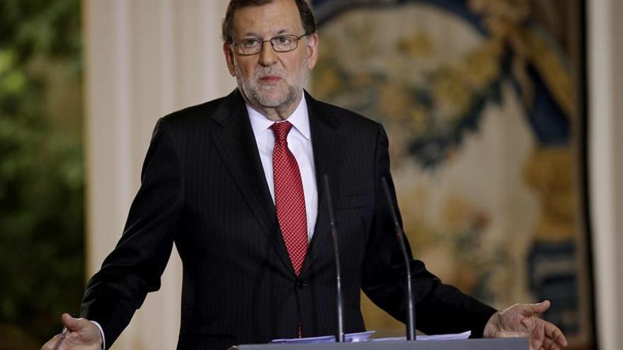 Rajoy dice a Puigdemont y Urkullu que no ir es abdicar de una responsabilidad