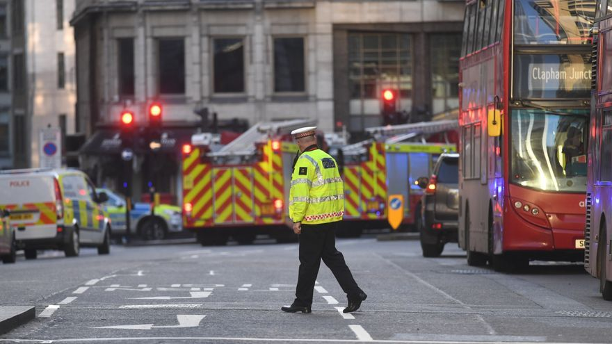 Agentes de policía y camiones de bomberos cerca del Punte de Londres, donde un hombre ha apuñalado este viernes a cinco personas.