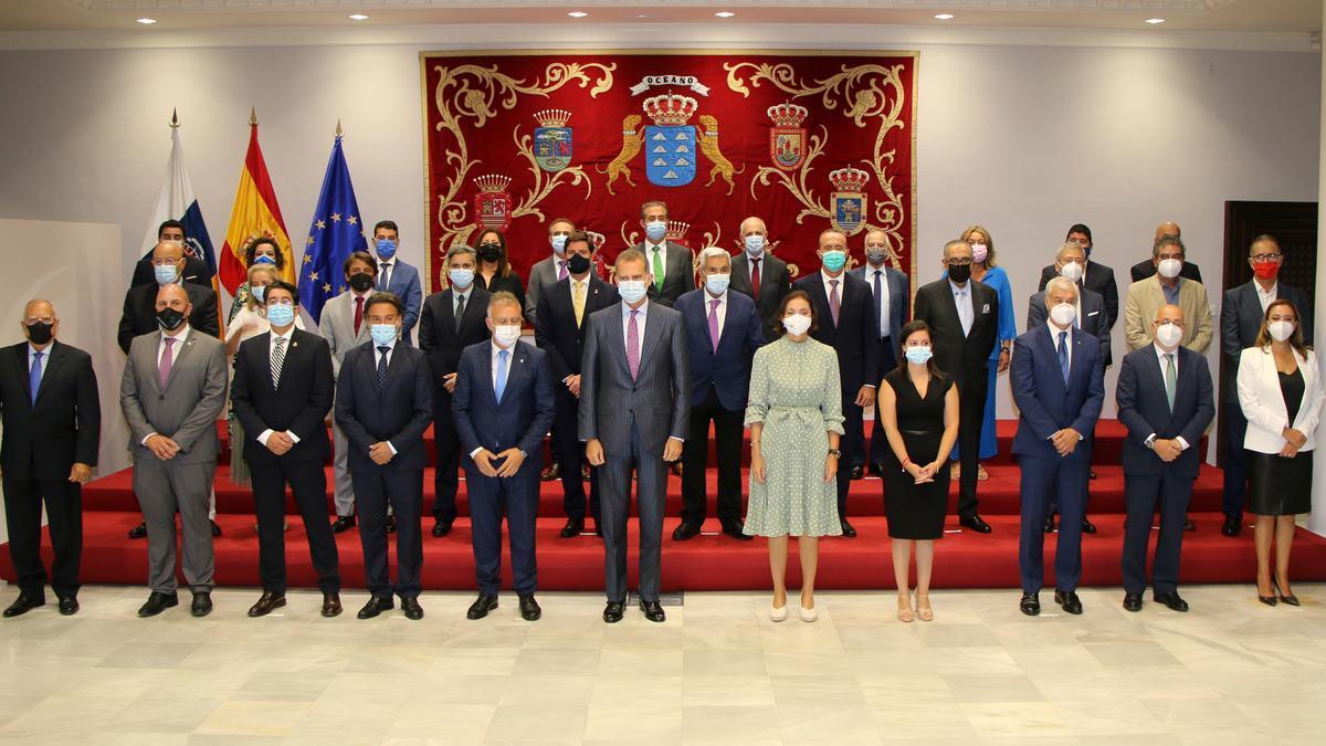 Foto de los asistentes al Consejo Extraordinario de Turismo Canario celebrado este jueves en el Parlamento de Canarias.