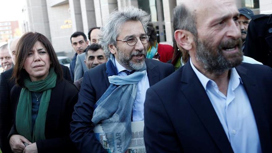 Abren en Turquía un nuevo juicio contra los periodistas Dündar y Gül