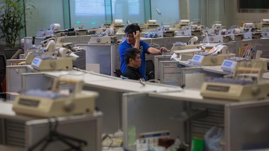 El índice Hang Seng baja 166,94 puntos, el 0,58 por ciento, a media sesión