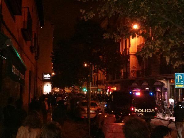 La policía cercando la manifestación al final de la calle Hortaleza con la Plaza Santa Barbara #TeresaSomosTodos | @soydoss