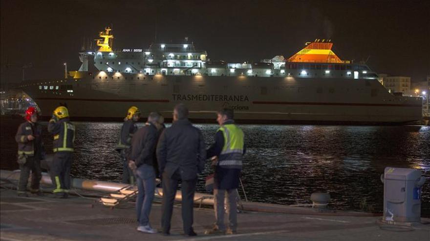 El barco de línea con Melilla choca contra un muelle y un yate en Málaga