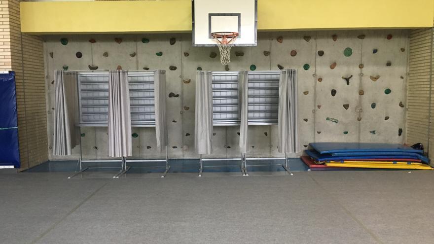Cabinas vacías e inutilizadas en un colegio electoral de Vitoria