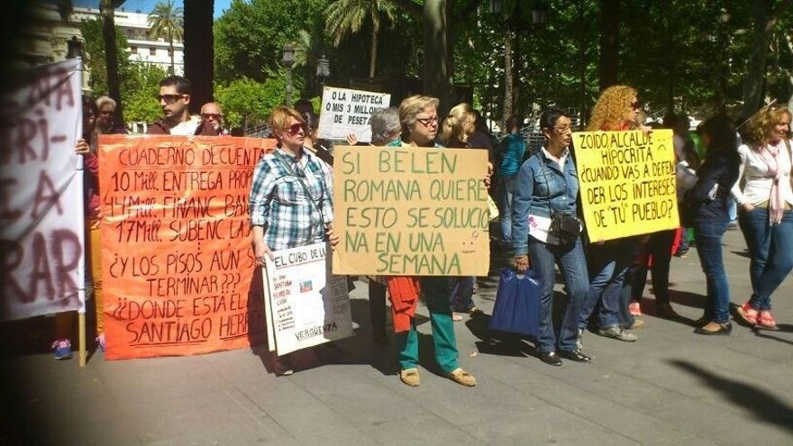 Los afectados de las VPO de CEA se manifiestan hasta el Ayuntamiento y reclaman soluciones
