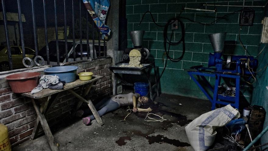 Una joven asesinada mientras trabajaba en un molino de maix en Soyapango, una de las áreas más pobres de los alrededores de San Salvador. Estaba embarazada. La mayoría de mujeres asesinadas en El Salvador tenían entre 15 y 25 años./Edu Ponce (RUIDO Photo)