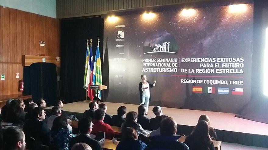 Ana Castañeda, jefa de sección de asuntos generales del Servicio de Turismo del Cabildo de La Palma, durante su intervención en el primer Seminario Internacional de Astroturismo.