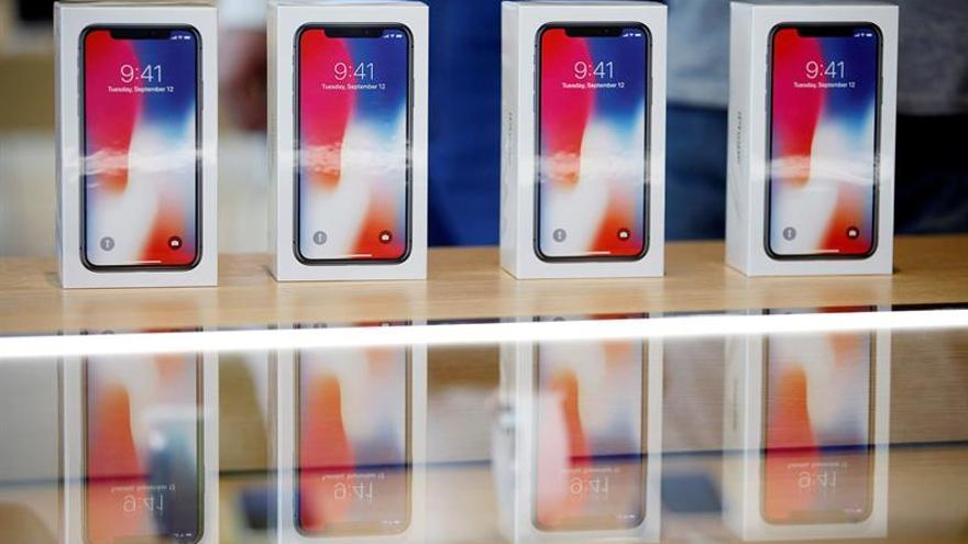 Colas gigantescas en Moscú para comprar el iPhone X pese al frío