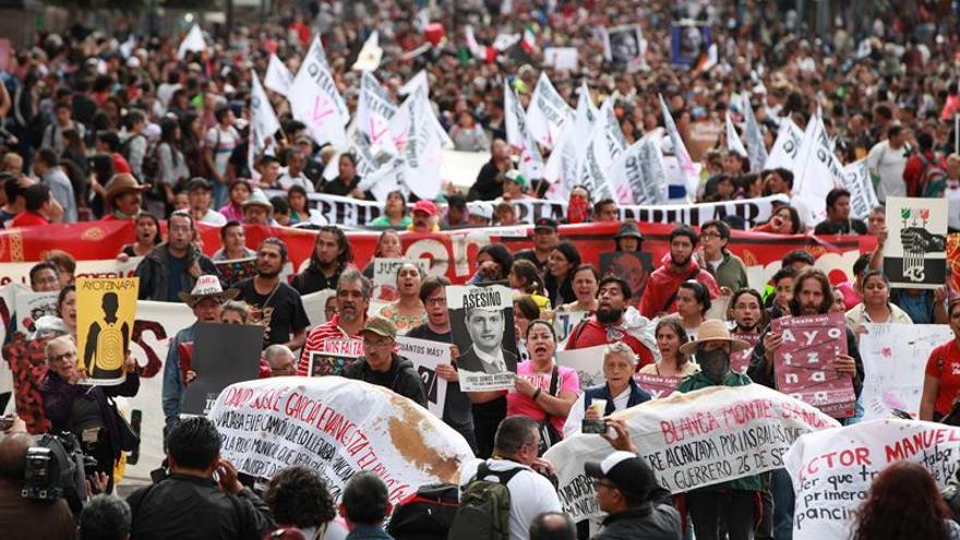 Miles piden justicia en México en segundo aniversario de desaparición de 43