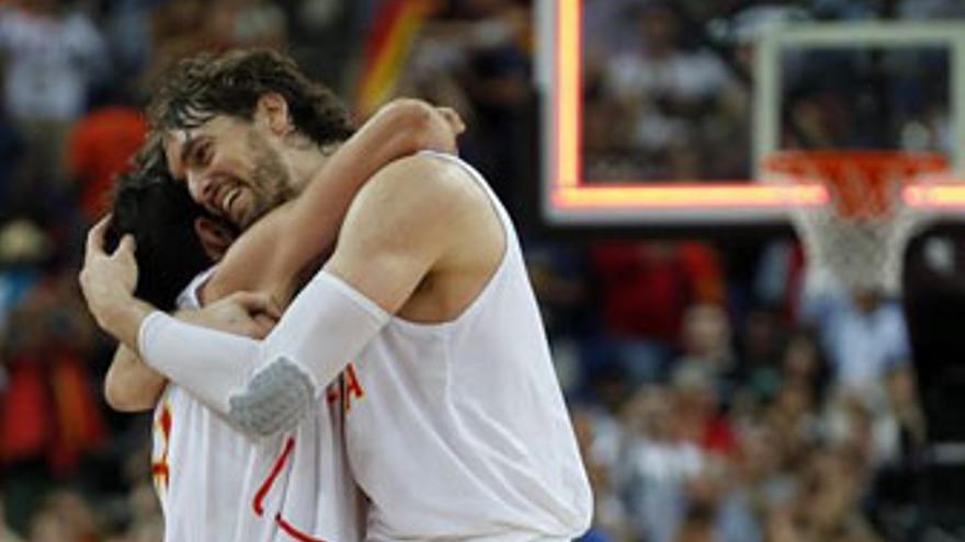 Abrazo de campeones tras eliminar a Rusia. (REUTERS)