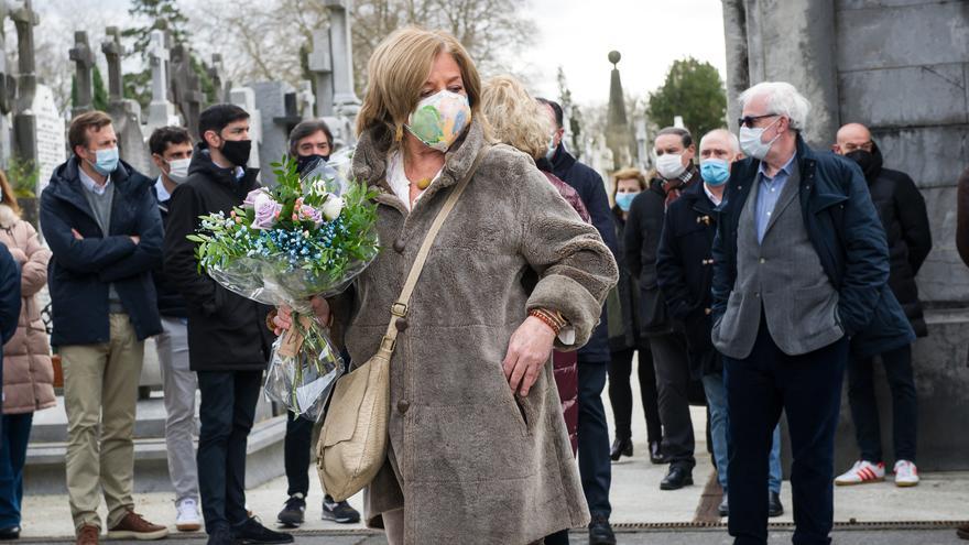 La presidenta del Colectivo de Víctimas del Terrorismo (Covite), Consuelo Ordóñez, coloca un ramo de flores durante el acto en homenaje a su hermano Gregorio Ordóñez