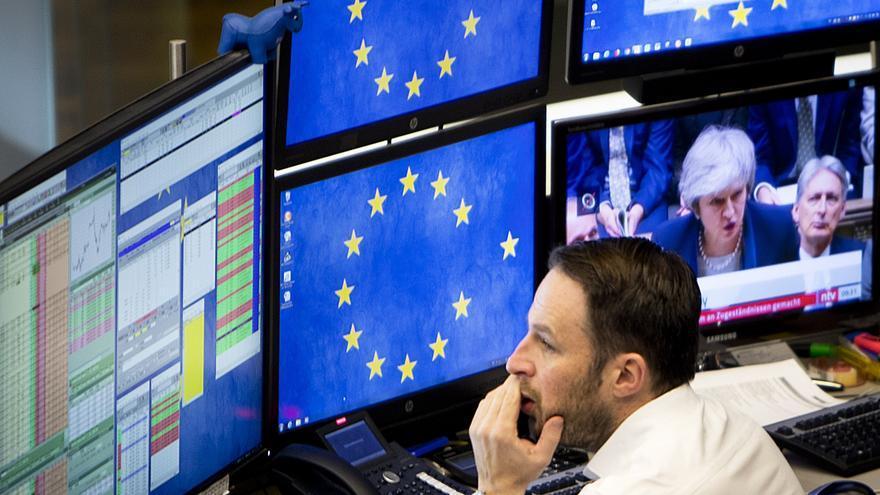 Un broker en la bolsa de Frankfurt viendo noticias sobre el Brexit