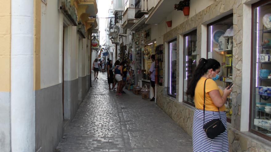 Archivo - Una persona con mascarilla en las calles del centro de Tarifa