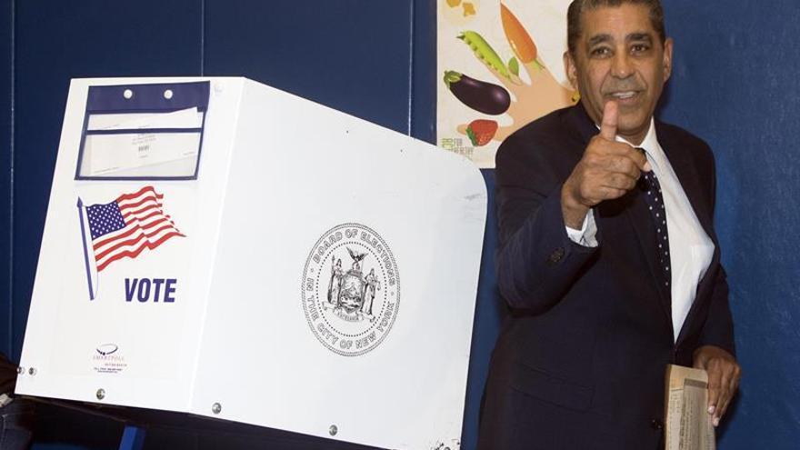 Largas colas y aglomeraciones en los centros de votación latinos de Nueva York