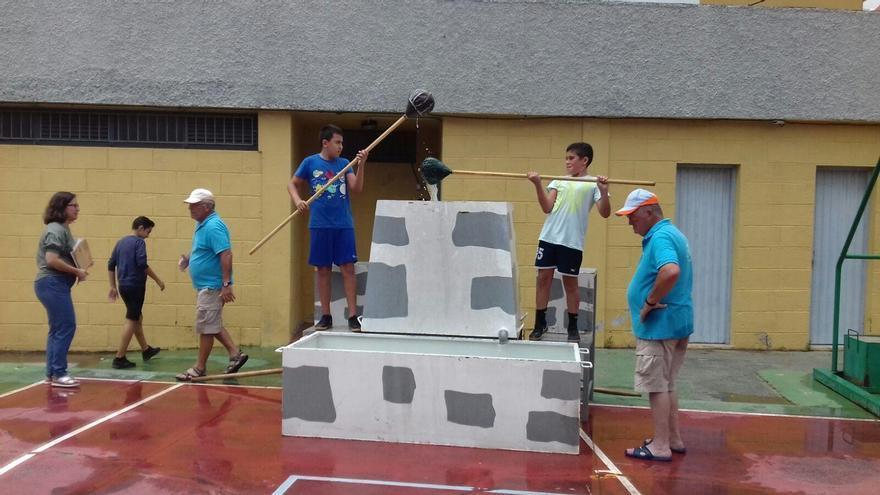 Riego con calabazo, una de las modalidades de la muestra de juegos y deportes autóctonos del Cabildo. Foto: Cabildo de La Palma.