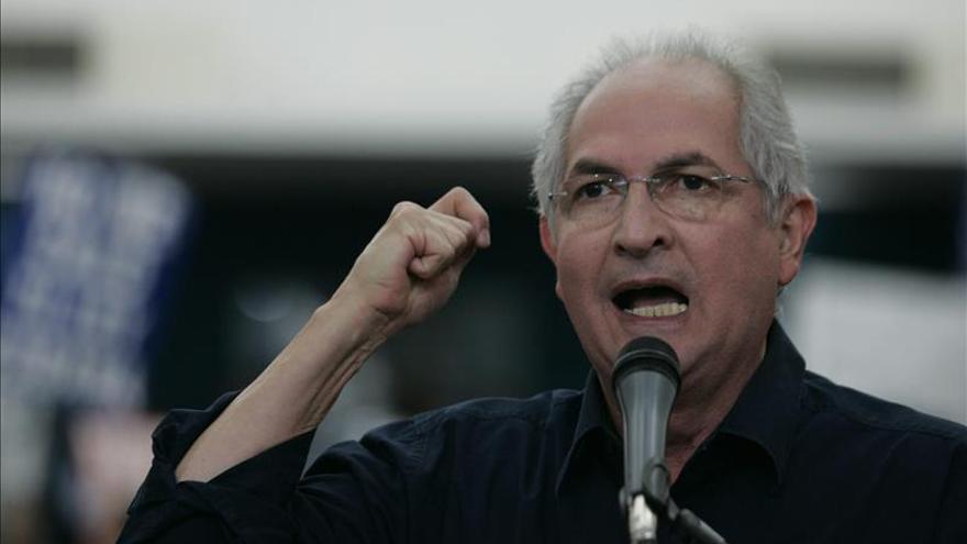 El alcalde venezolano Ledezma recibe el alta médica y es trasladado a su casa