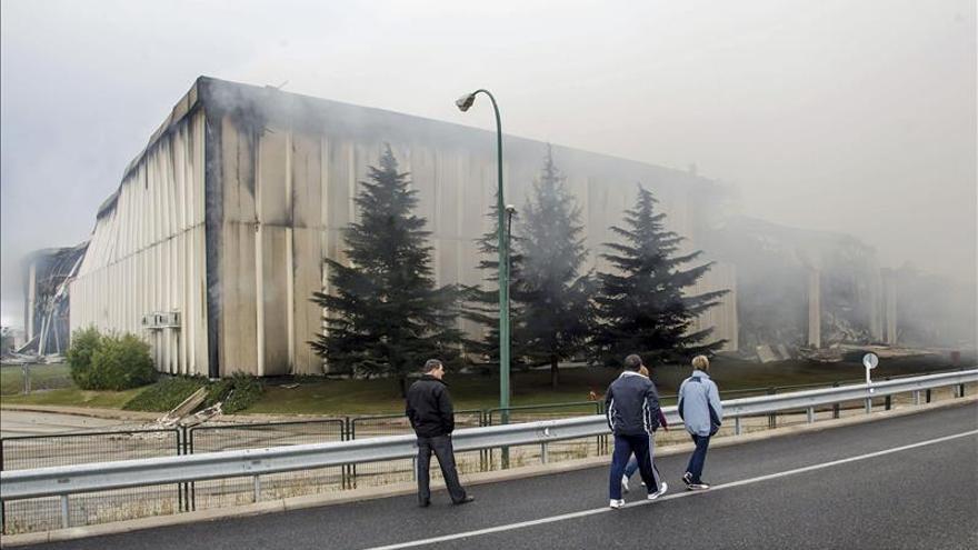 Los bomberos creen que el incendio de Campofrío podría tardar días en extinguirse