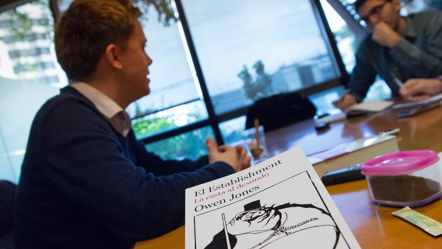 "Owen Jones, en segundo plano, tras la portada de su libro ""El Establishment, La casta al desnudo"""
